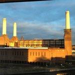La centrale di Battersea al tramonto dalla camera d'albergo