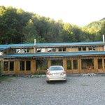 Fachada del hotel, construcción en madera