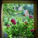 Las cabañas vistas desde el interior de otra cabaña