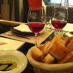 mesa com taças de vinho