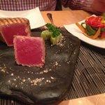 Rosa Thunfisch mit Gemüse