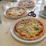 アツアツで美味しいピザ  ハサミで切って食べます。