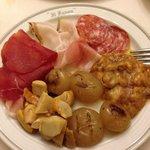 Antipasto misto per due- anche in questo piatto i funghi erano ottimi. Le cipolline in agrodolce