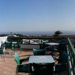 Blick auf die Terrasse und das Meer