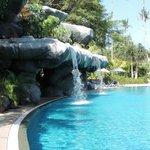 Cascata artificiale in una delle piscine