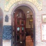 la entrada al bar