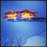 L'hotel al crepuscolo, sotto la neve!