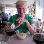 Martine met voorgerecht, de crème van aardappel met gepocheerd ei en truffel