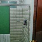 Un seul robinet pour la douche... Chambre 23 au rdc. La chambre 21, rénovée, a deux robinets et