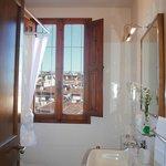 Apt Ercole: il bagno con la vasca e la doccia