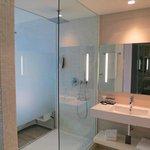 Badezimmer mit grosser Dusche