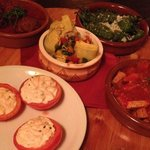 The tapas come on a round wooden board which you can turn. Mmmmh!!!