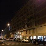 Exterior del hotel por la noche