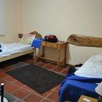 La habitación tiene dos ambientes, estas camas y la cama grande en otro.