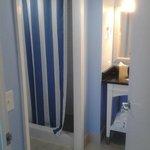 Bathroom - 1 queen bed suite