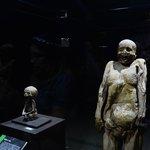 La momia más pequeña del mundo al lado del cadáver de su madre.