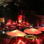 Mesas do terraço dos restaurante em noite de São Valentin