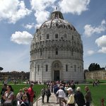 Batistério visto do Duomo de Pisa. Construção em estilo românico gótico