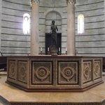 Fonte batismal de Guido Bigarelli da Como com estátua de San Giovanni Battista(São João Batista)