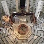 Interior visto da cúpula. À esquerda, púlpito de Nicola Pisano, ao centro, fonte batismal.