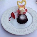 Dessert , sjokoladefondant med jordbær og is til. Helt fantastisk god! Så god at jeg spiste den