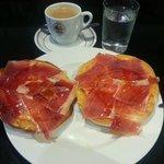 para desayunar: TOSTADA CON JAMON SERRANO