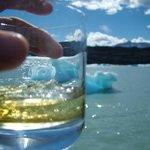 Aca termino un pedazo de hielo de glaciar pescado por los marineros de la embarcacion.