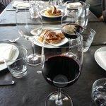 La mesa servida para comenzar la degustacion.