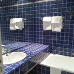 La salle de bains est propre et claire
