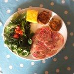Fromage de chèvre panés, carpaccio de betterave, salade de jeunes pousses