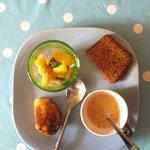 Café gourmand, pain d'épices, salade fruits frais, pain perdu