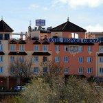Fachada del hotel desde la otra orilla del rio