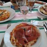 Trois pizzas, Essayez de voir la taille de la pizza par rapport à la table.