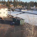 vue de notre chambre sur les poubelles
