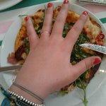 Une petite référence: ma main par rapport à la pizza. SCANDALEUX!