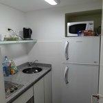 A cozinha é pequena mas funcional