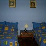 Habitación con dos camas dobles y baño privado