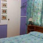 Habitación con una cama doble y baño privado