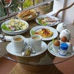Frühstück serviert von Paul auf dem Balkon