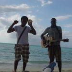 Un musicien et un danseur sur la plage
