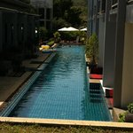 La piscine avec les deluxe accès piscine et le restaurant au fond