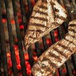 Pièce du boucher sur le grill au feu de bois