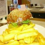 Super hamburguesa con patatas. Fantástica
