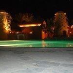 Ночной вид бассейна.