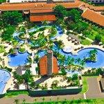 Descubra um oásis do bem-estar com amplo parque aquático de águas termais naturais.