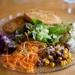 Salat mit Gemüseschnitzel