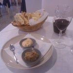 Pita, salsine e buon vino per iniziare il pranzo