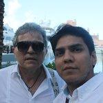 Eduardo e eu na em frente a marina do hotel.