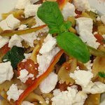 Farfalle com legumes e queijo e cabra