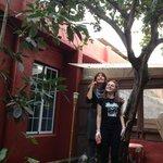 Chiara und ich unterm Zitronenbaum im Patio